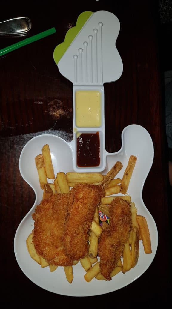Assiette guitare pour enfant au Hard Rock Café à l'intérieur