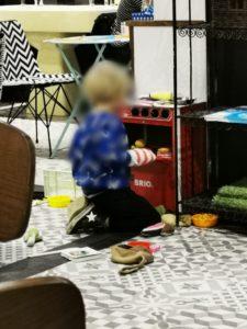 Les enfants jouent à la dinette