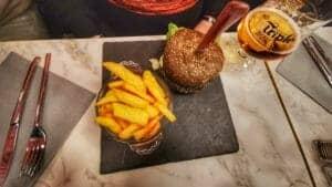 Burger du Mineur avec son buns noir et ses frites