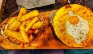 Un welsh complet avec des frites