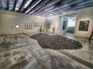 Salle l'exposition Soleils Noirs au Louvre Lens où on peut peut des gaillettes de Charbon sur le sol