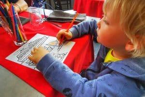 Coloriage et crayon de couleur, cela occupe les enfants