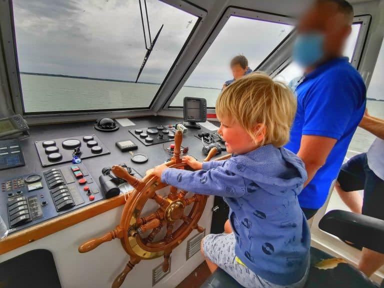 Séance photo à la barre du bateau