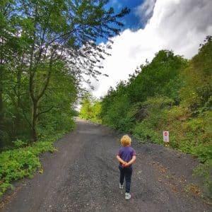 La montée vers ce terril avec un enfant de 4-5 ans est possible. Toutefois, vous n'irez pas jusqu'au sommet.
