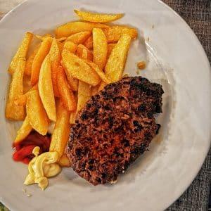 Assiette de steak haché frites