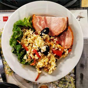 Rôti et salade niçoise dans une assiette