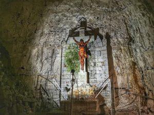 Photo du crucifie dans la cité souterraine de Naours
