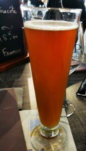Un verre de bière avec de la bière bistroteuse