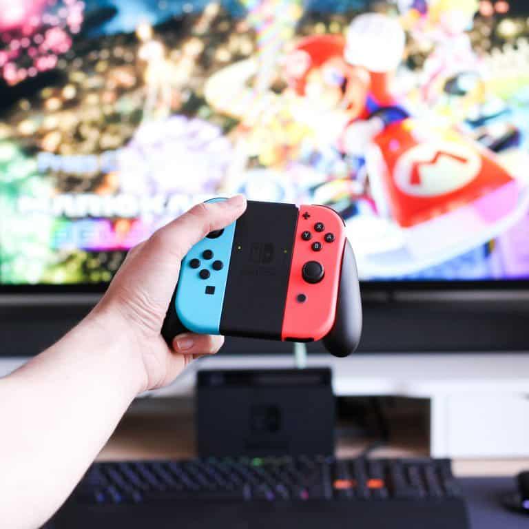 La Nintendo Switch et la manette devant la télé