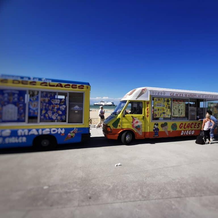 vendeurs de glaces sur la plage de Calais