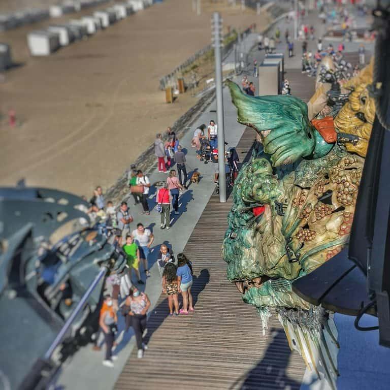 Le dragon pose pour les touristes