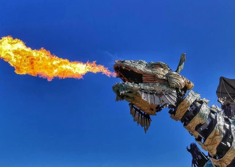 Le dragon crachant du feu