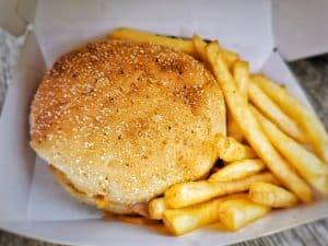 le burger et les frites dans la boite mystère au restaurant du zoo de Thoiry